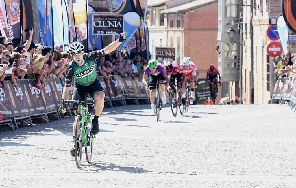 Jon Aberasturi con el brazo en alto a su llegada a meta