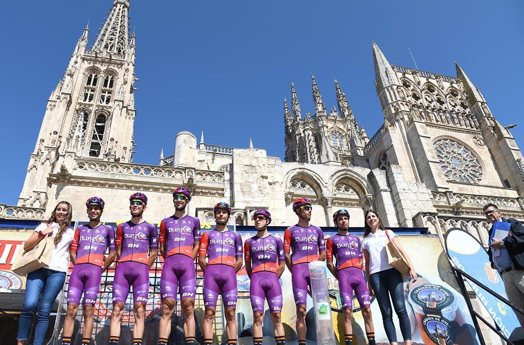 El equipo de ciclismo Burgos BH con la Catedral de Burgos de fondo