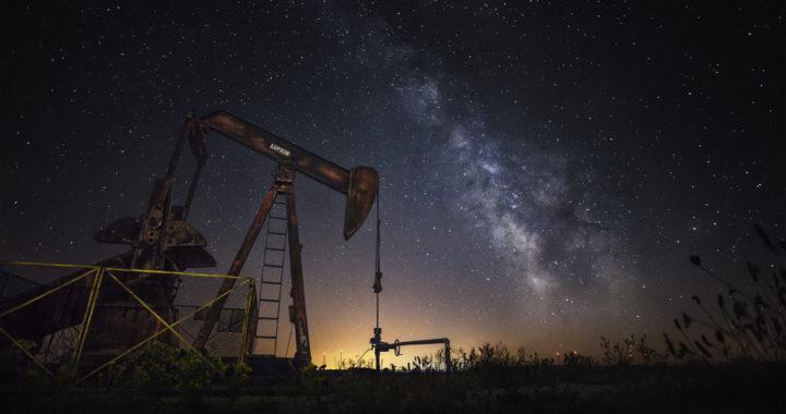 Máquina extractora de petroleo en Sargentes de La Lora. Foto tomada de noche con cielo estrellado.